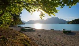 与石渣海滩和渔船的湖边walchensee 库存图片