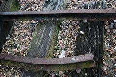 与石渣的残破的火车轨道 免版税库存图片