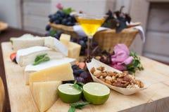 与石灰、坚果和乳酪的宴会用在开胃菜桌上的蜂蜜 免版税库存照片