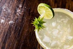 与石灰、盐和冰的经典玛格丽塔鸡尾酒 免版税库存照片