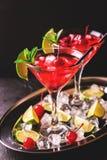 与石灰、草莓、樱桃和m的草莓酒鸡尾酒 库存图片