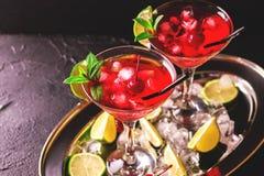 与石灰、草莓、樱桃和m的草莓酒鸡尾酒 免版税库存图片