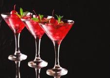 与石灰、草莓、樱桃和m的草莓酒鸡尾酒 库存照片