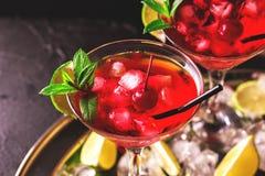 与石灰、草莓、樱桃和m的草莓酒鸡尾酒 免版税库存照片