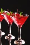 与石灰、草莓、樱桃和m的草莓酒鸡尾酒 免版税图库摄影