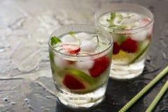 与石灰、草莓和薄菏的刷新的夏天鸡尾酒 库存照片