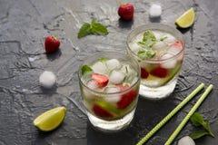 与石灰、草莓和薄菏的刷新的夏天鸡尾酒 Mojit 免版税库存图片