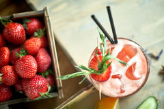 与石灰和冰的草莓柠檬水在一个木桌JPG的金属螺盖玻璃瓶 免版税库存图片