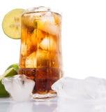 与石灰和冰v的可乐饮料 免版税库存照片