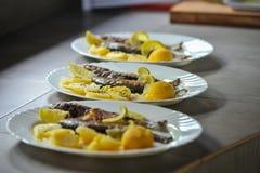 与石灰和土豆的烤鳟鱼 免版税库存照片