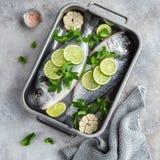 与石灰和荷兰芹的两条未加工的dorado鱼准备好对烹调 库存照片