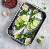 与石灰和荷兰芹的两条未加工的dorado鱼准备好对烹调 免版税库存照片