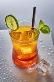 与石灰和薄菏的橙色鸡尾酒从上面 免版税库存照片