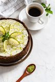与石灰和薄菏的自创乳酪蛋糕点心的-健康有机夏天点心饼乳酪蛋糕 与杯子的奶酪蛋糕  免版税库存照片