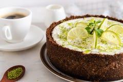 与石灰和薄菏的自创乳酪蛋糕点心的-健康有机夏天点心饼乳酪蛋糕 与杯子的奶酪蛋糕  库存照片