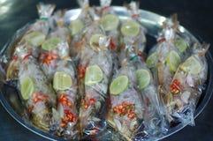 与石灰和辣椒的被蒸的鱼 免版税库存照片