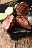 与石灰和迷迭香接近的热的烤小腓厉牛排牛排 库存图片