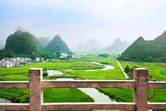 与石灰岩地区常见的地形形成中国的惊人的米领域视图 免版税图库摄影