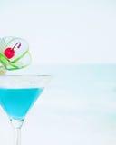 与石灰果子和樱桃装饰的蓝色玛格丽塔酒鸡尾酒 免版税库存照片