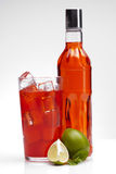 与石灰的红色饮料 库存图片
