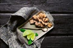与石灰的蔗糖和在一个盘子的薄荷叶在老木 免版税图库摄影