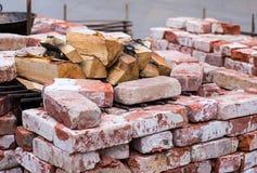 与石灰石室外壁炉的红砖与切好的桦树木柴 图库摄影