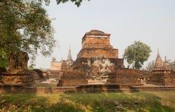 与石菩萨雕象的古老废墟在Sukhothai历史公园 免版税库存照片