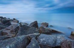 与石防堤的美好的波罗的海风景 平静的长的曝光风景 免版税库存照片