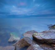 与石防堤的美好的波罗的海风景 库存图片