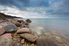 与石防堤的美好的波罗的海风景 图库摄影