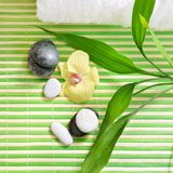 与石头、兰花花和绿色竹子的温泉治疗 免版税库存图片