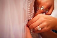 与石头在手边女孩的豪华金戒指 免版税库存照片