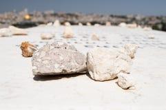 与石头的墓碑坟墓在它喜欢崇拜标志 免版税图库摄影