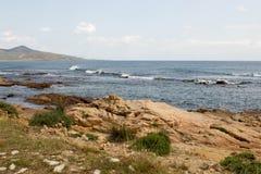 与石头的海岸在撒丁岛 免版税图库摄影