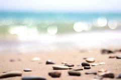 与石头的海滨 免版税图库摄影
