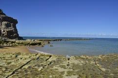 与石头的海滩 免版税图库摄影