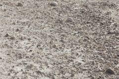 与石头的白色破裂的多块的土壤从边 免版税库存图片