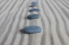 与石头的线路 免版税图库摄影