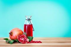 与石榴种子和果子的新鲜的红色石榴汁与 图库摄影