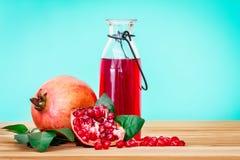 与石榴种子和果子的新鲜的红色石榴汁与 库存照片