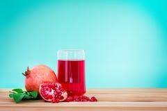 与石榴种子和果子的新鲜的红色石榴汁与 库存图片