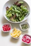 与石榴种子和调味汁, pesto调味汁的芝麻菜沙拉和 图库摄影