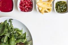 与石榴种子和调味汁, pesto调味汁的芝麻菜沙拉和 库存照片