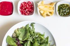 与石榴种子和调味汁, pesto调味汁的芝麻菜沙拉和 免版税图库摄影
