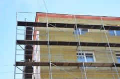 与矿棉的外部房子墙壁保冷,修造建设中 免版税库存照片
