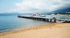 与码头和汽艇的海景 库存图片