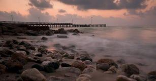 与码头和剧烈的日落的海景 库存照片