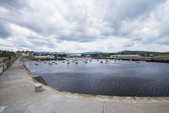 与码头在捣碎,爱尔兰的海湾 免版税库存照片