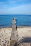 与码头的海滩在恶劣环境测井的波罗的海 库存图片