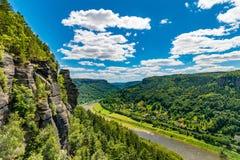 与砂岩的易北河谷耸立,撒克逊人漂泊砂岩区域,漂泊瑞士,捷克共和国 库存照片